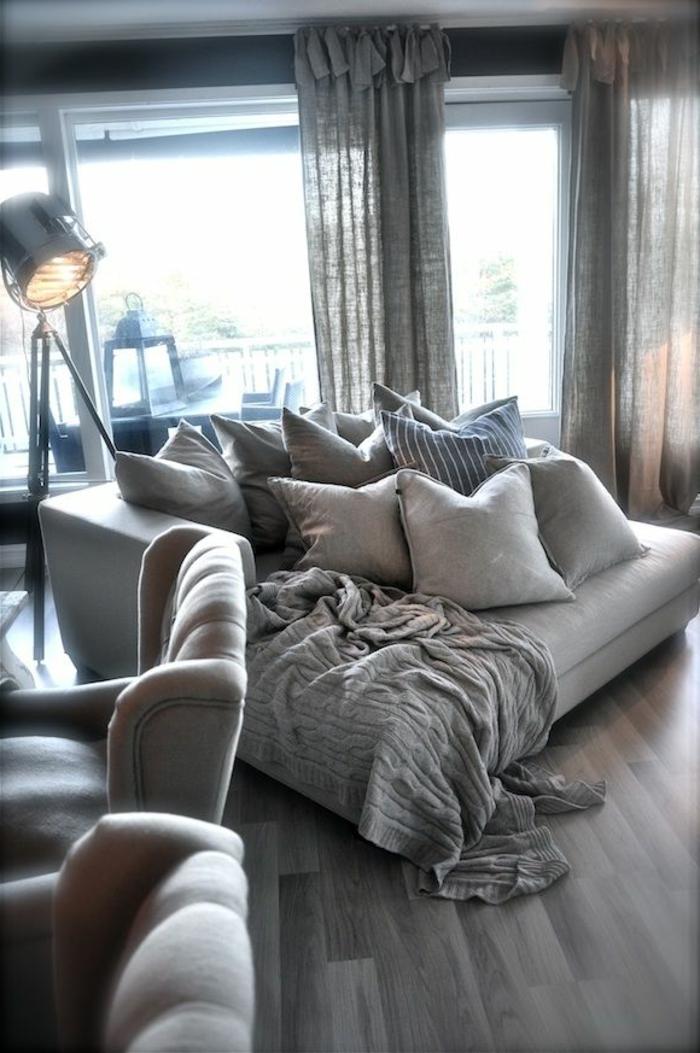 Sofa-viele-Kissen-originelle-Idee-für-Leselampe