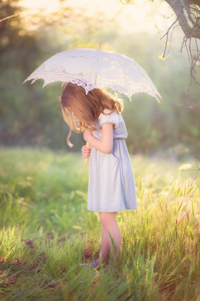 Spaziergang-im-Wald-Mädchen-romantisches-Modell-regenschirm-kinder