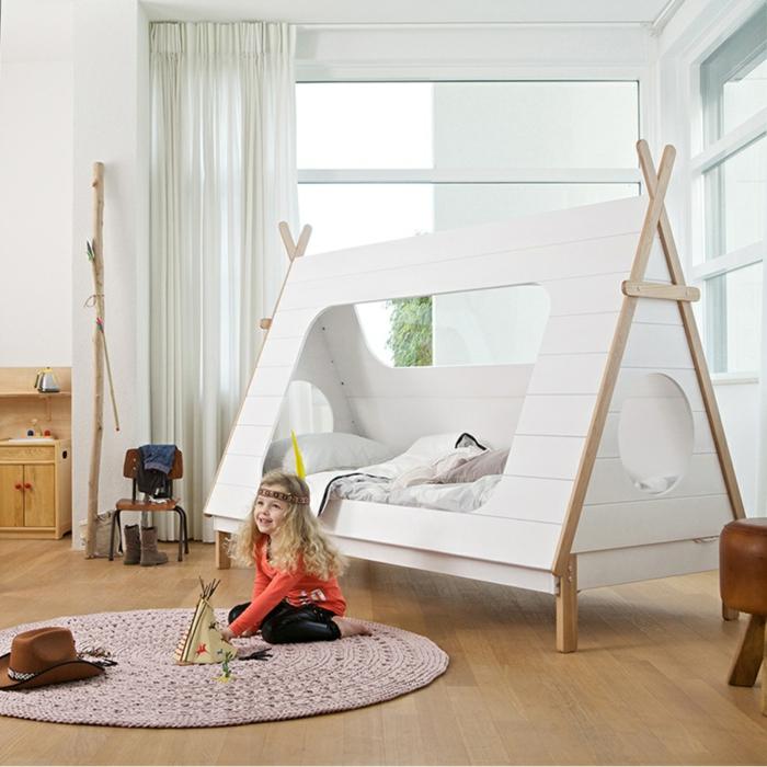 Tipi-Zelt-Bett-im-Kinderzimmer-weiß-hölzernd-originelle-gemütliche-Idee