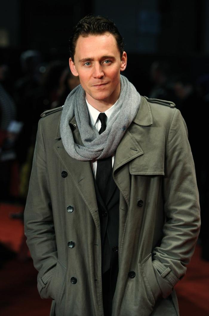 Tom-Hiddleston-grüner-Trench-Coat-grauer-Schlauchschal-Kravatte-stilvoller-Outfit