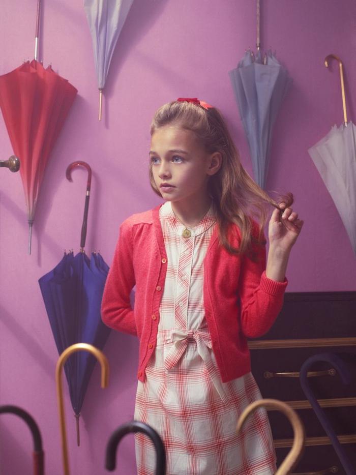 Vogue-Foto-hübsches-Mädchen-viele-bunte-kinderregenschirme