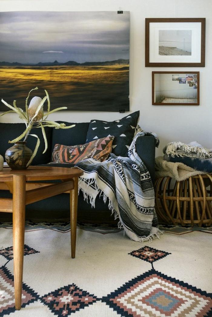 Wohnzimmer-Interieur-Boho-Stil-schöne-Tischdekoration-bunter-Teppich-schönes-Muster