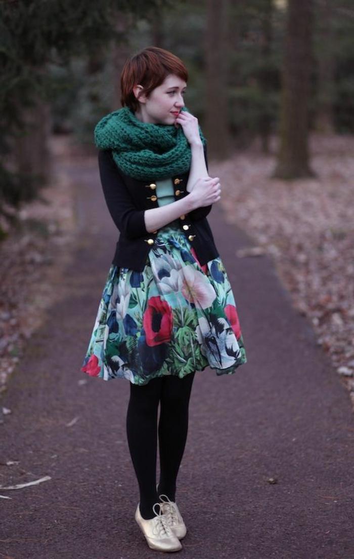 Waldfee-Outfit-bunter-Rock-goldene-Schuhe-grüner-gestrickter-Schlauchschal