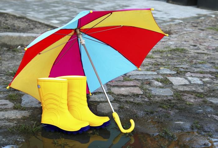 gelbe-Stiefel-bunter-Kinder-Regenschirm-regnerischer-Tag