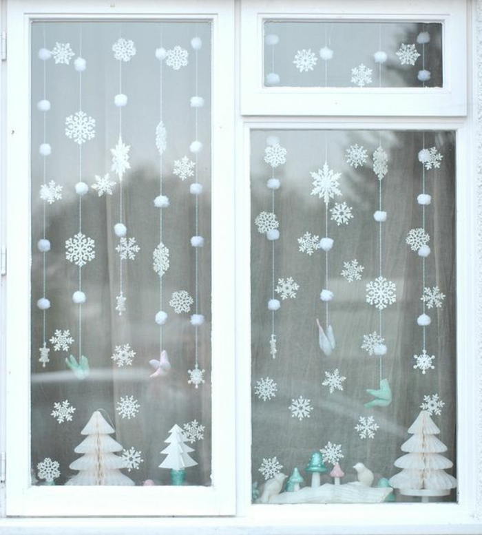 Winter-Deko-dekorative-Schneeflocken-am-Fenster