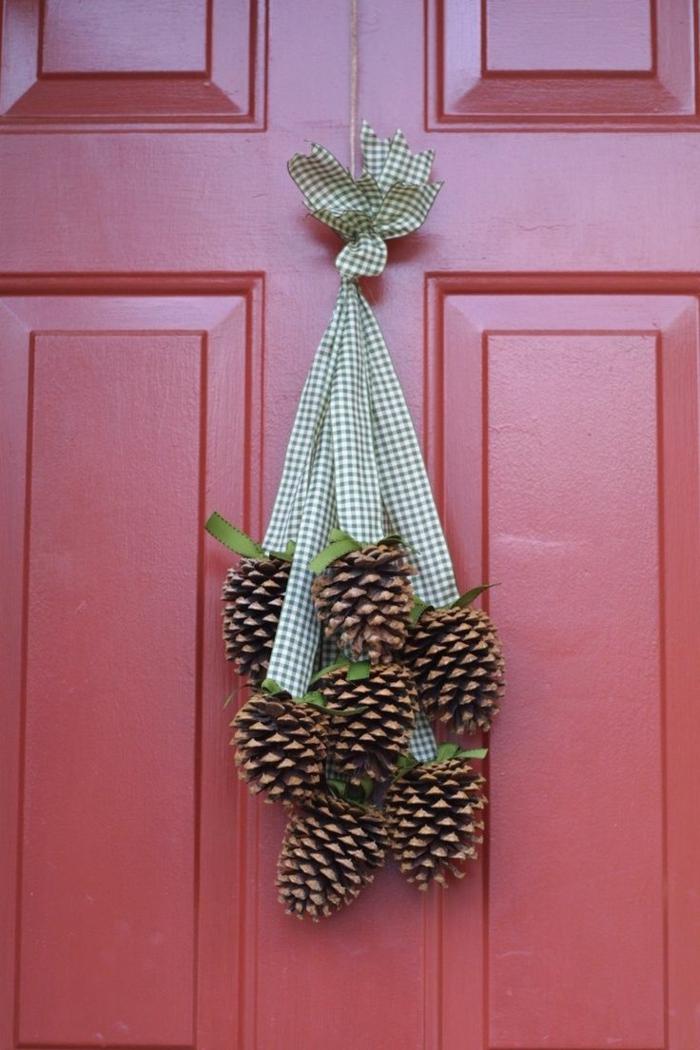 Winterdekoration-Tür-Zapfen-schlichte-Dekoration