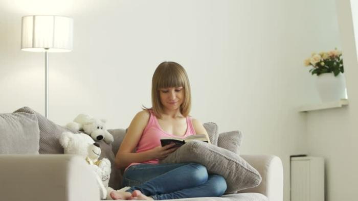 Wohnzimmer-Mädchen-Buch-Plüschtiere-leselampe
