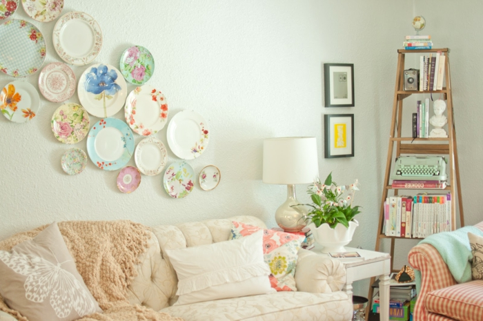Wohnzimmer-Sofa-Sessel-Leder-Regal-Bücher-originelle-vintage-Wandgestaltung-Porzellan-Teller