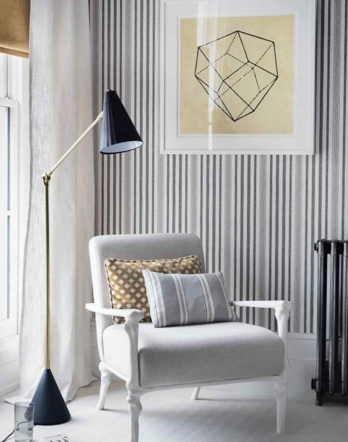 Wohnzimmer-aristokratisches-Interieur-schlichtes-Modell-vintage-Tapete-Streifen-graue-Nuancen-eleganter-Sessel-große-Leselampe
