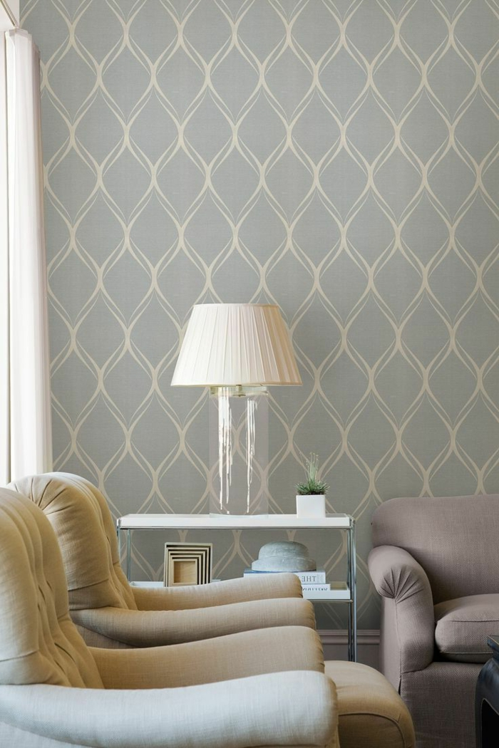 Wohnzimmer-schlichtes-Interieur-graue-retro-Tapete-weiße-Ornamente