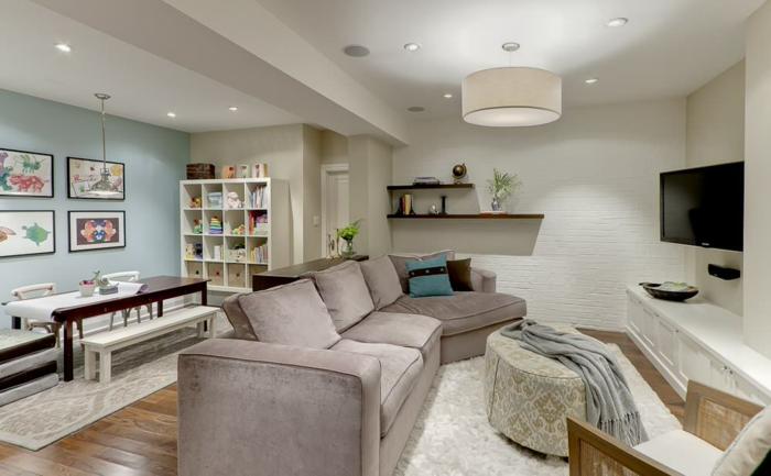 Wohnzimmer-und-Esszimmer-schönes-Interieur-Fernseher-weiße-Ziegelwand-weiße-Teppiche