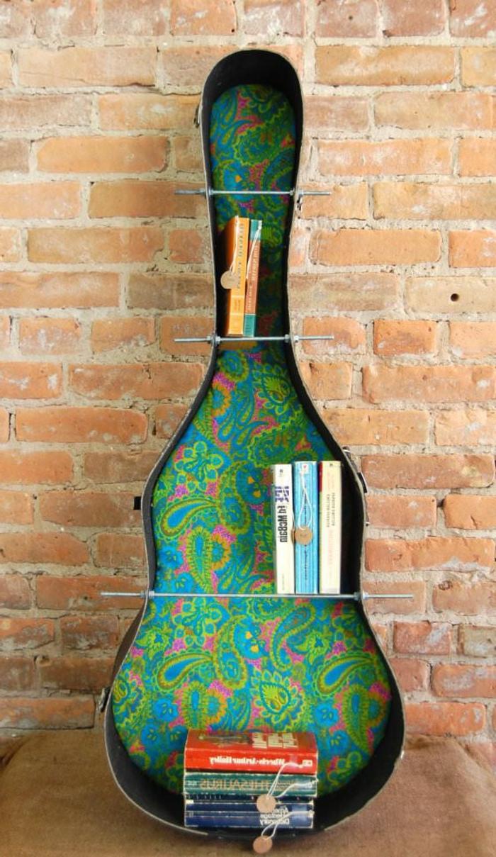 Ziegelwand-Gitarren-Kasten-buntes-Muster-als-Bücherschrank