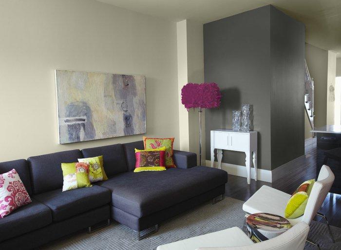 abstrakte-Bilder-fürs-Wohnzimmer-elegantes-wohnzimmer-interieur-extravagante-Akzente-originelle-Stehlampe