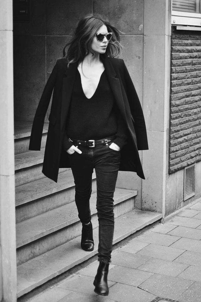aktueller-Outfit-schwarze-Jeans-schwarzer-Pullover-tiefer-Ausschnitt-Mantel