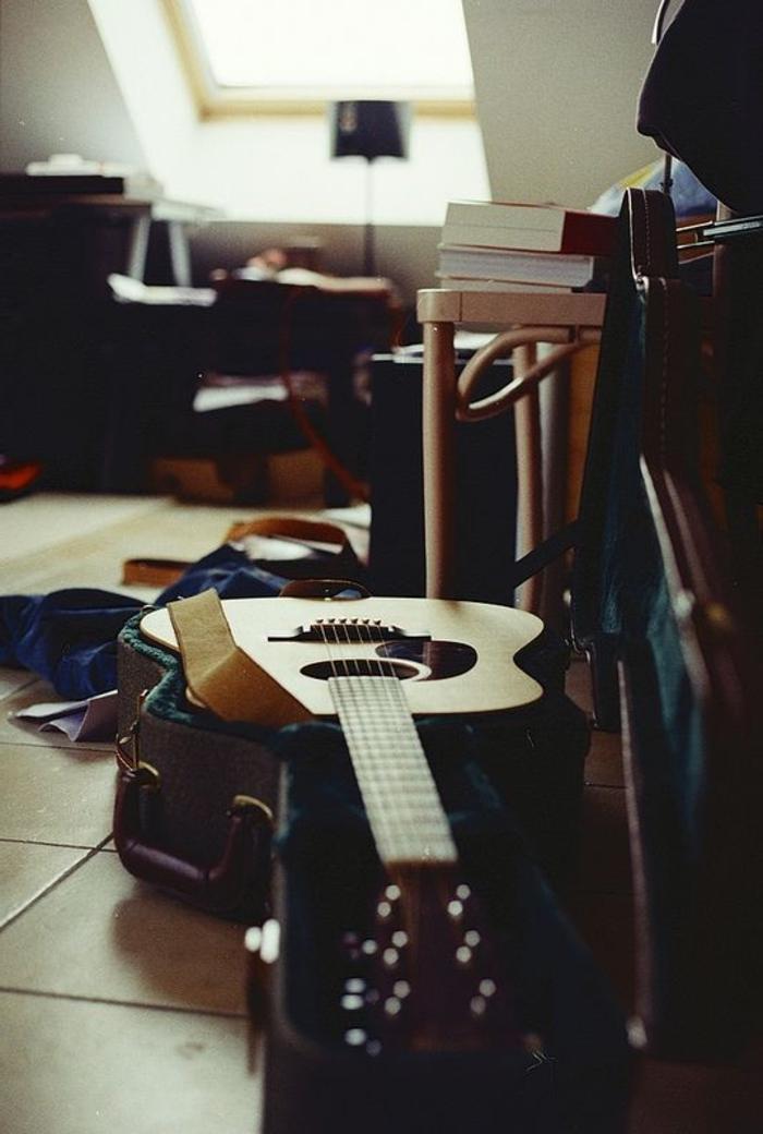 akustische-Gitarre-auf-dem-Boden