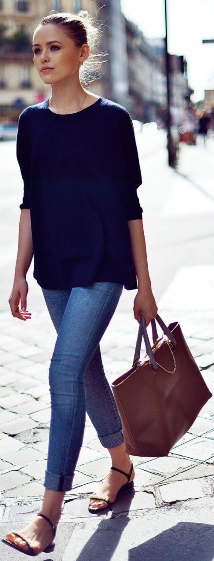 alltäglicher-Look-schwarzer-Pullover-Jeans-Sandalen