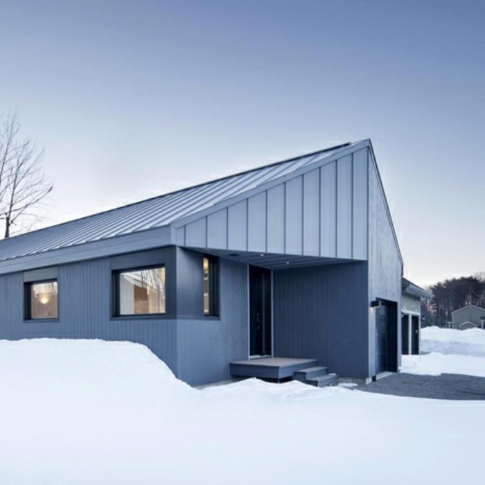 architekten-häuser-weißes-modell-moderne-satteldachhäuser
