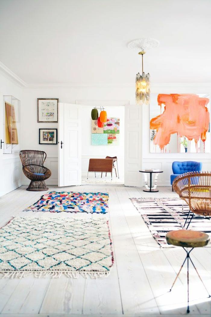 artistische-Wohnung-weiße-Wände-bunte-Dekoration-bunte-flaumige-Teppiche