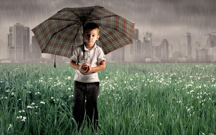 art-foto-Junge-im-Gras-mit-kariertem-kinderschirm-regenschirm