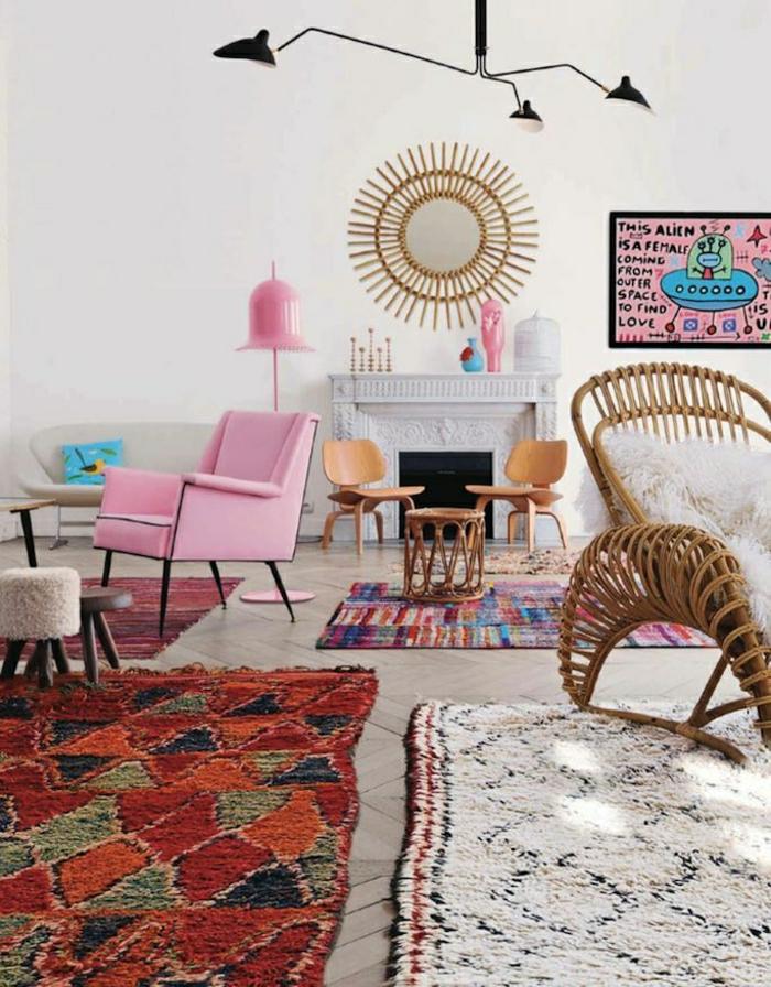 artistische-Wohnzimmer-Gestaltung-rosa-Sessel-efektvolle-Dekoration-Kamin-viele-bunte-Teppiche