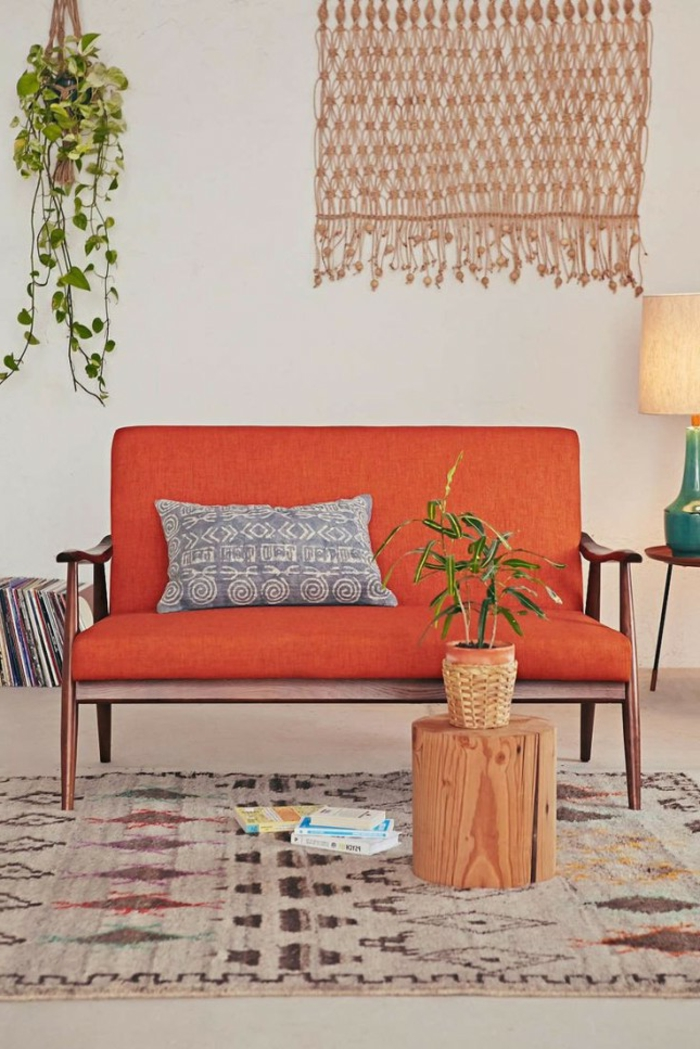artistisches-Interieur-Boho-Stil-kleines-oranges-Sofa-Topfpflanze-Wanddekoration-schöne-leselampe