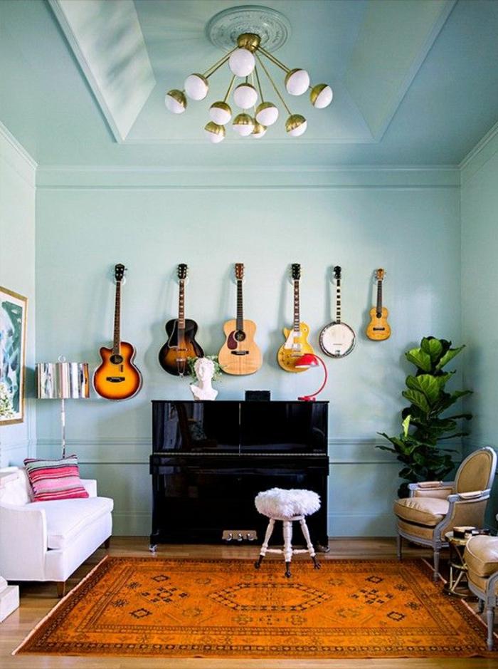 artistisches-Interieur-originelle-Wandgestaltung-Gitarren-verschiedene-Größen