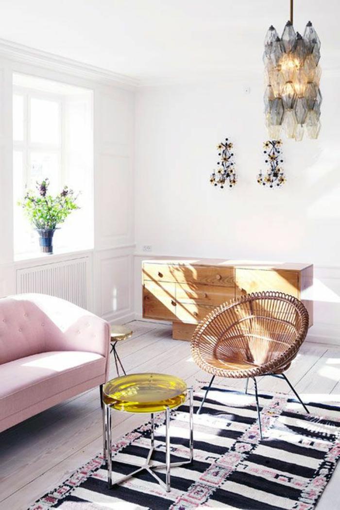 artistisches-Interieur-rosa-Sofa-bunter-Teppich-schwarz-weiße-Streifen