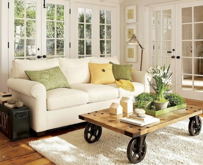 artistisches-Wohnzimmer-Interieur-frische-Farben-cooler-Kaffeetisch-auf-Rollen-weißer-Teppich