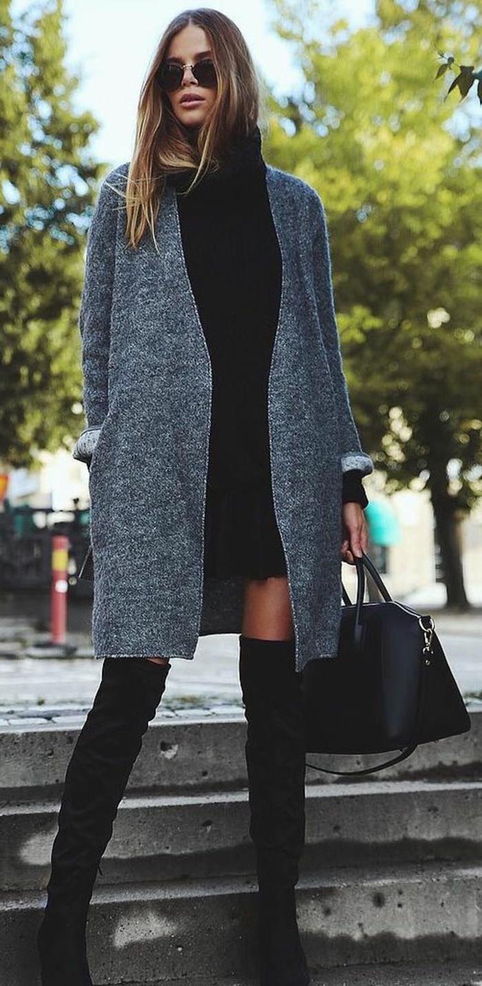 attraktiver-Look-Mantel-schwarzer-Pullover-hohe-Stiefel