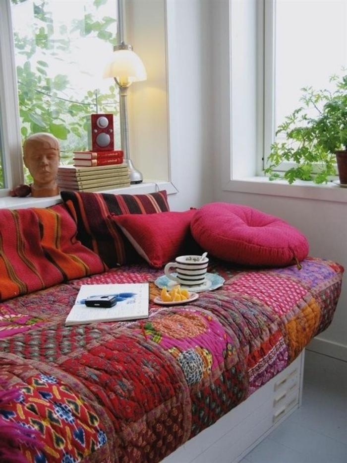 böhmisches-Interieur-viele-Kissen-Bücher-Skulptur-kleine-leseleuchte