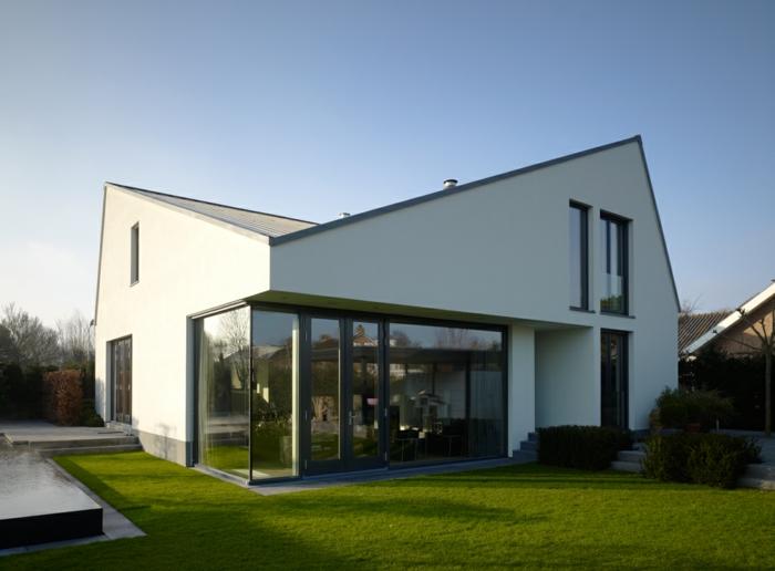 bauhaus-bauen-moderne-fertighäuser-haus-mit-satteldach
