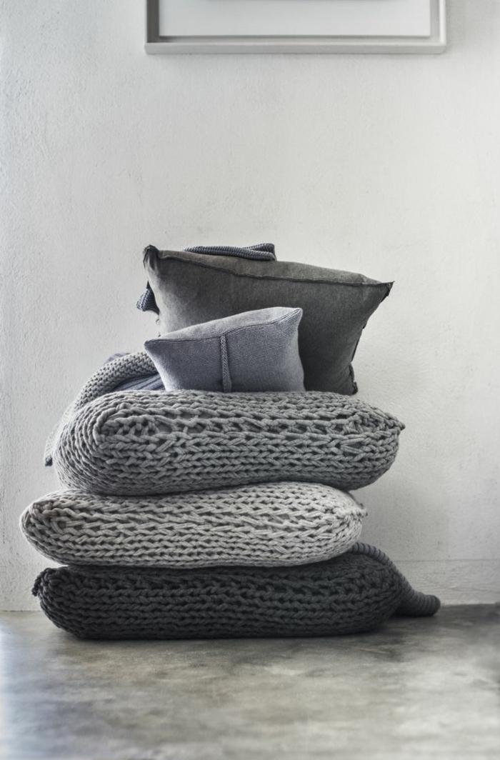 bequeme-gestrickte-Kissen-graue-Nuancen-gemütliche-Idee