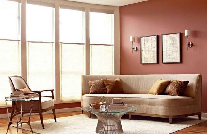 bequemes-Sofa-beige-Textil-Wandbilder-helles-Zimmer-gemütliche-Atmosphäre