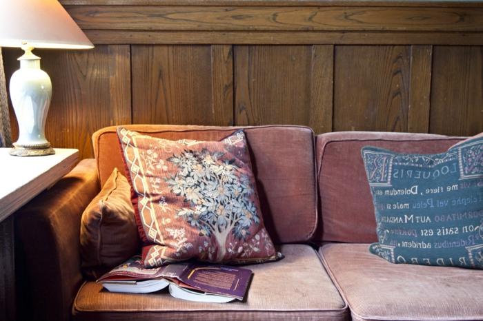 bequemes-Sofa-vintage-Interieur-elegante-leseleuchte