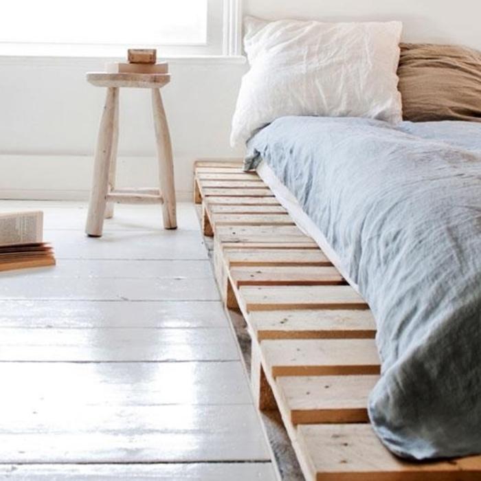 bett-aus-europaletten-schlichtes-skandinavisches-Schlafzimmer-Interieur