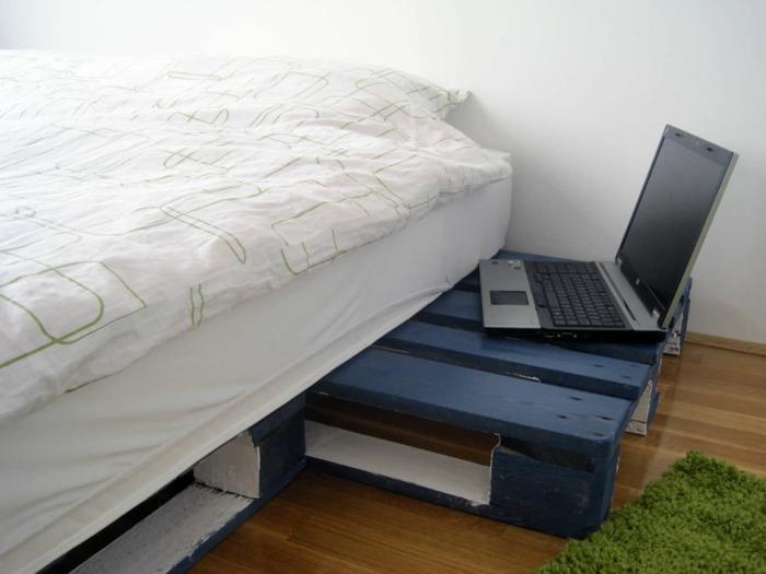 bett-aus-europaletten-selber-machen-weiß-blau-Laptop-Nachttisch