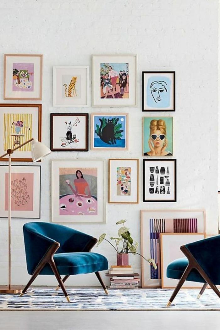 Verschiedene bunte Bilder moderne Gestaltung, zwei Sessel in blau, Bilder mit Rahmen aufgehängt an die Wand