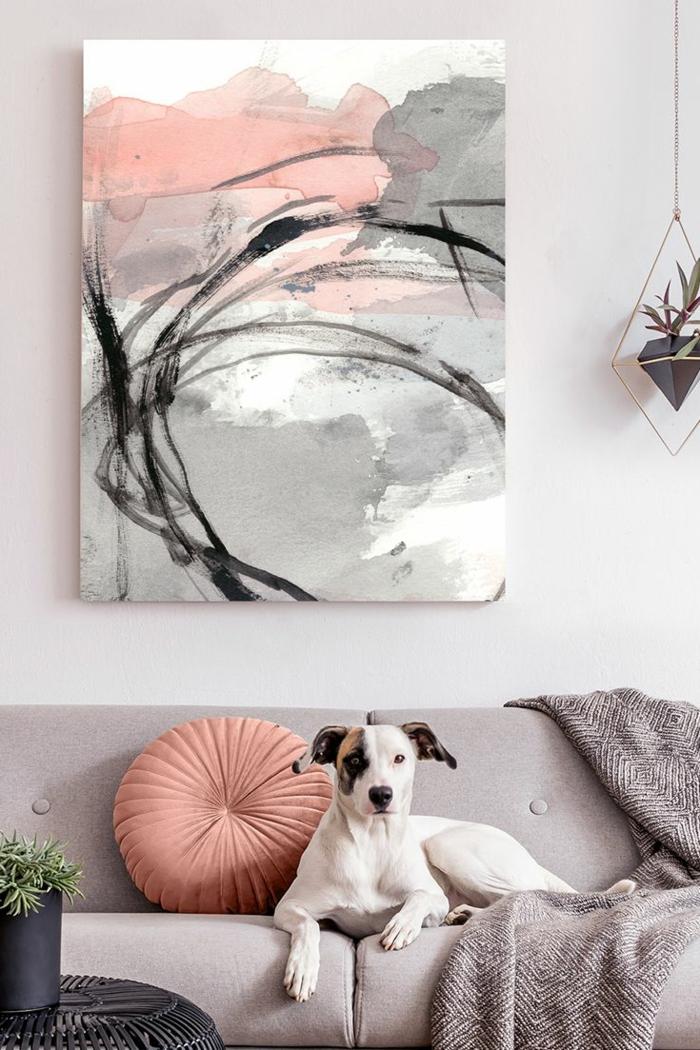 Bilder fürs Wohnzimmer, Bilder Wohnzimmer abstrakt in rosa und graue Farben. Hund auf einem grauen Sofa,