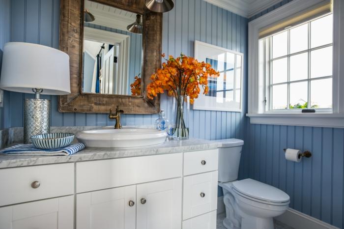 blaues-Badezimmer-Interieur-schöne-orange-Blumen