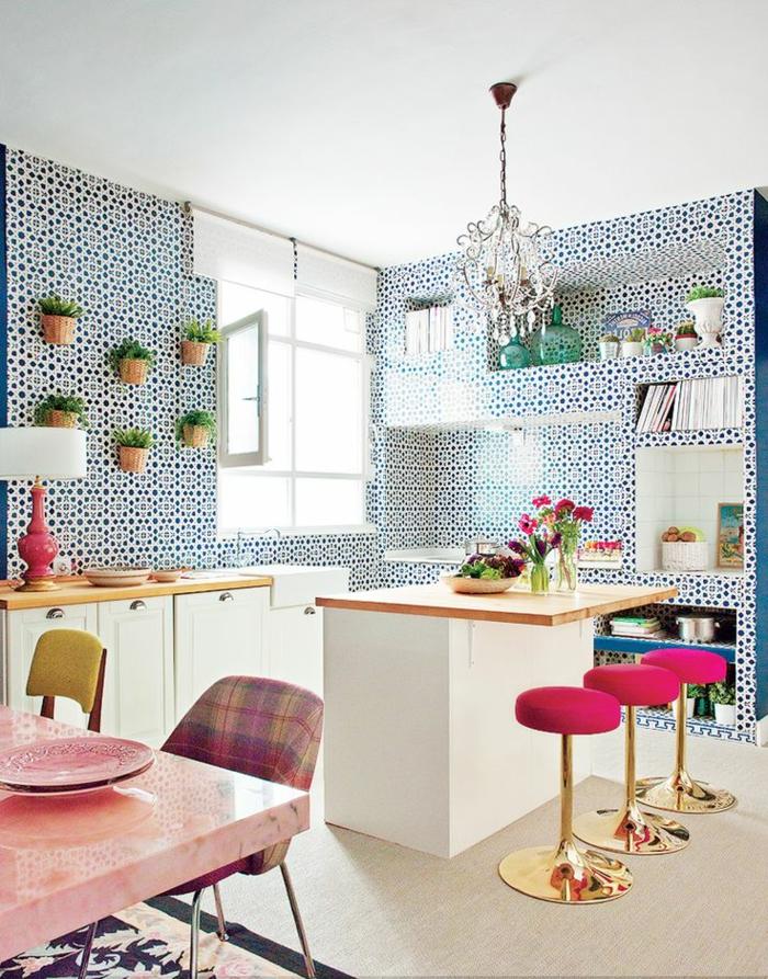 bunte-Küchen-Gestaltung-goldene-Hocker-Zyklamen-Farbe-Topfpflanzen-schöne-Tapeten-blaue-Punkte