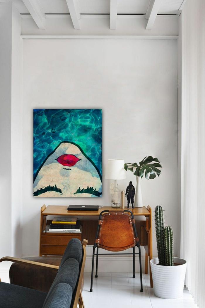aAngesagte Inneneinrichtung, gemalte bilder von einem Gesicht mit roten Lippen, Schreibtisch aus Holz mit Stuhl, Couch in schwarz,