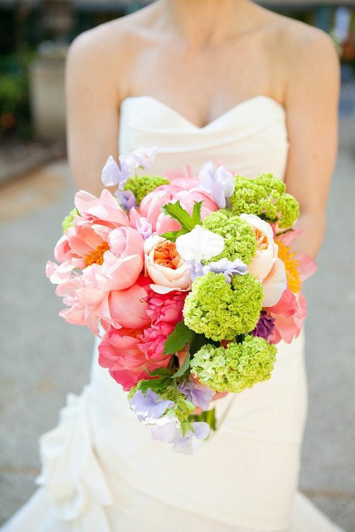 bunter-brautstrauß-wunderschönes-Arrangement-Pfingstrosen-Hortensien-grelle-frische-Farben-Idee-für-Hochzeit-im-Sommer