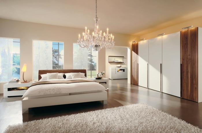 coole-bilder-fürs-schlafzimmer-beige-bett-und-drei-fenster