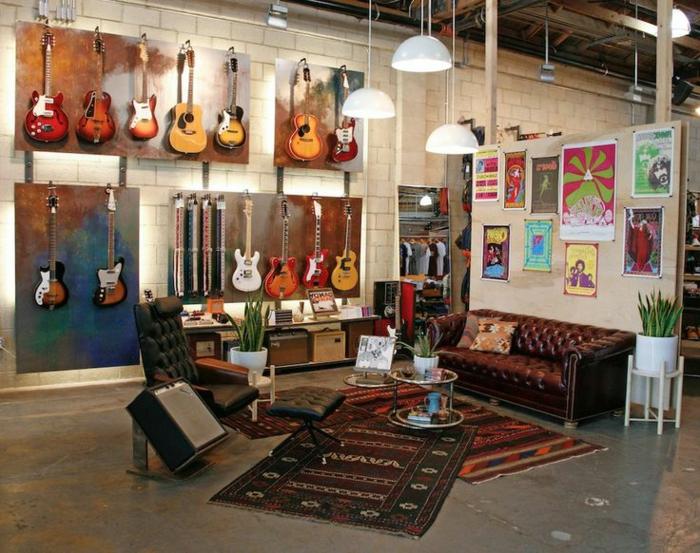 cooles-Interieur-originelle-Wandgestaltung-viele-Gitarren