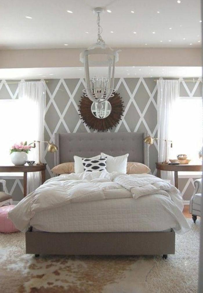 cooles-Schlafzimmer-Interieur-schöne-Tapeten-Blumen-goldene-Leselampen-doppelbett-mit-gepolstertem-Kopfbrett