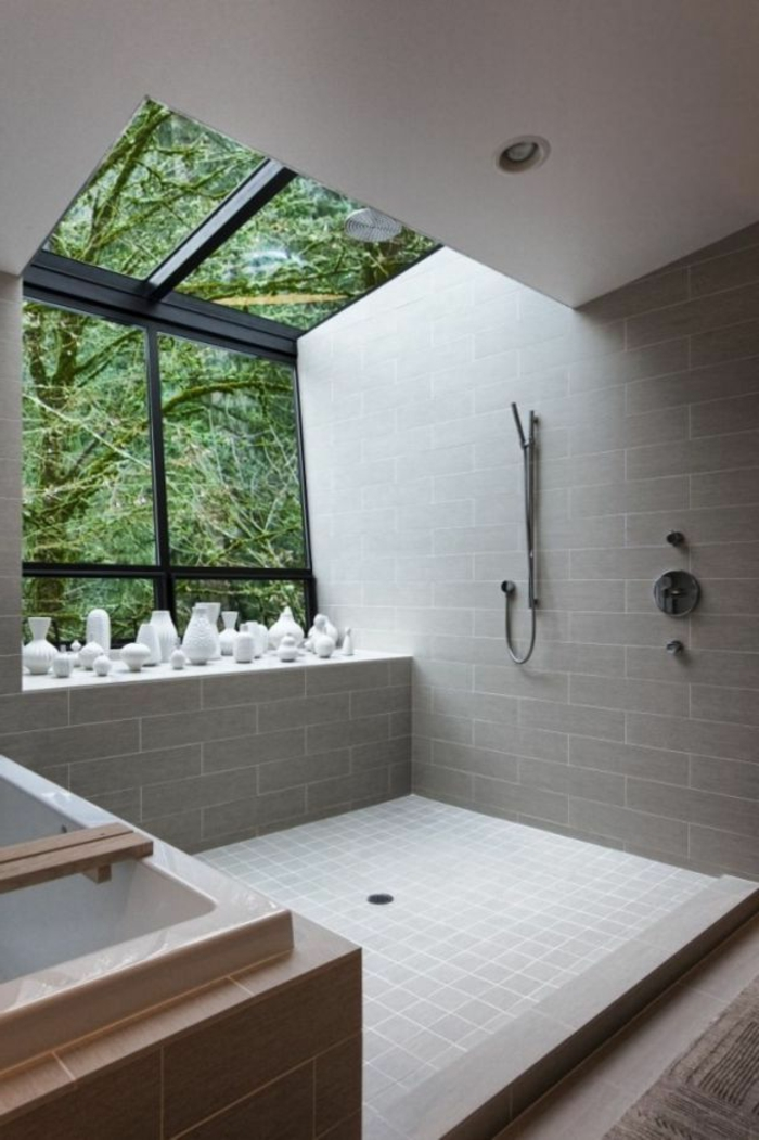 dekoideen-Badezimmer-Porzellan-Vasen-große-Fenster