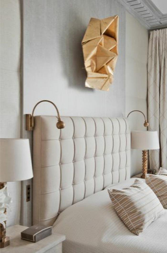 doppelbett-mit-gepolstertem-Kopfbrett-beige-feines-Design-extravagante-goldene-Wanddekoration