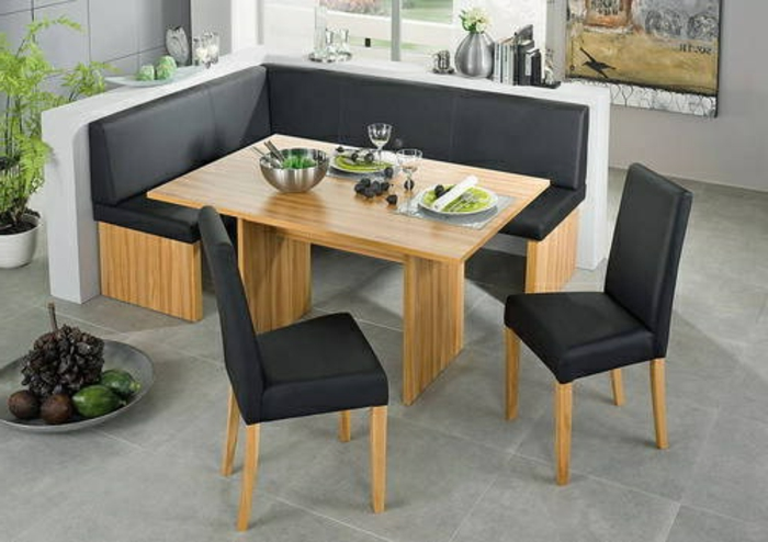 eckbank-küche-zwei-schwarze-stühle