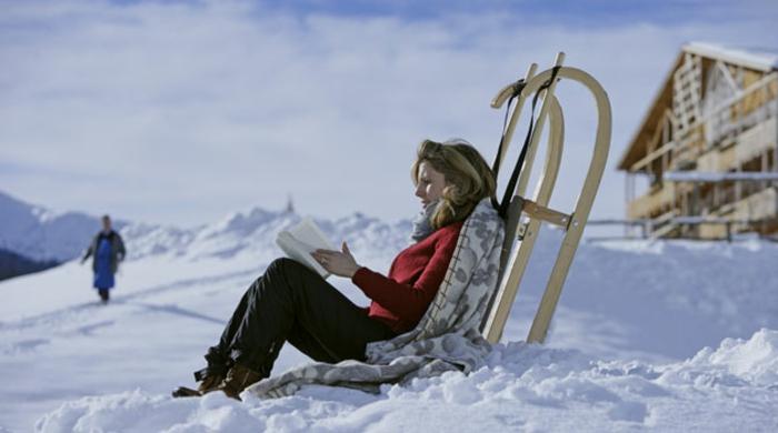 ein-frau-im-schnee-schlitten-fahren