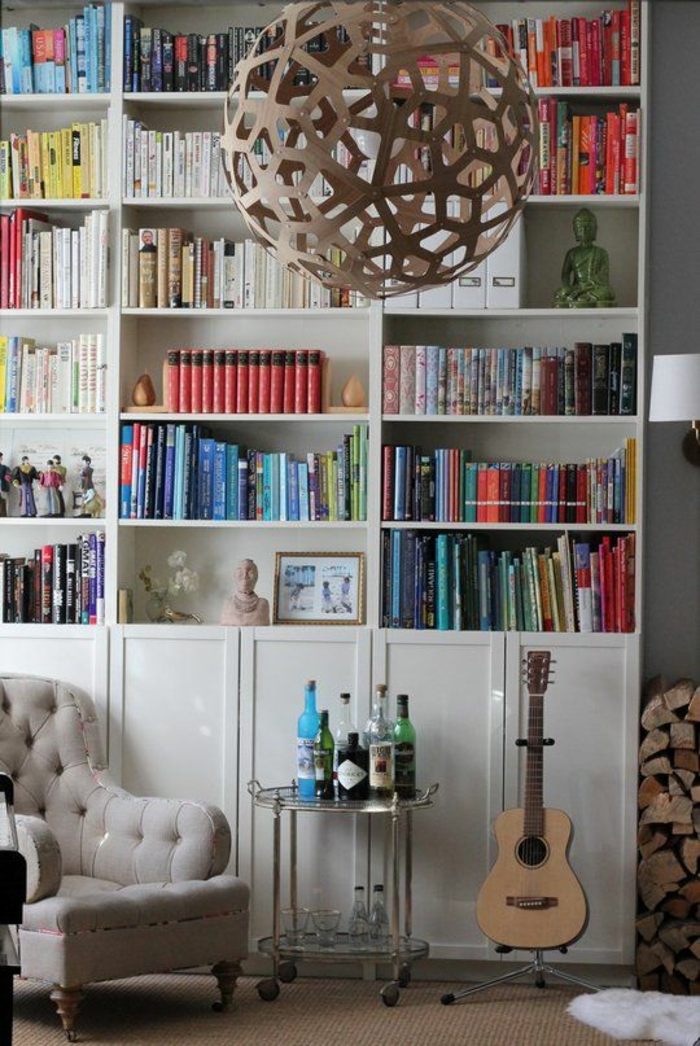 eklektisches-Interieur-Bücherwand-Sessel-aristokratisches-Design-Lampe-mit-kreativem-Design-akustische-Gitarre